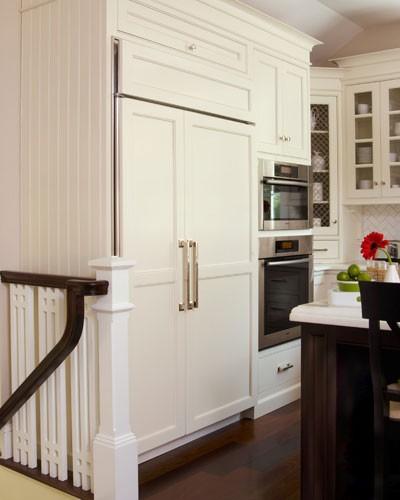 Country Kitchen Fridge: A Farmhouse Kitchen